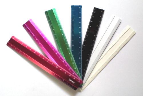 15cmの小さな定規で、手帳にはさんだり持ち運びにも便利。 精密なレーザー目盛とインクエッジで実用性も備えたアルミ製スケールです。